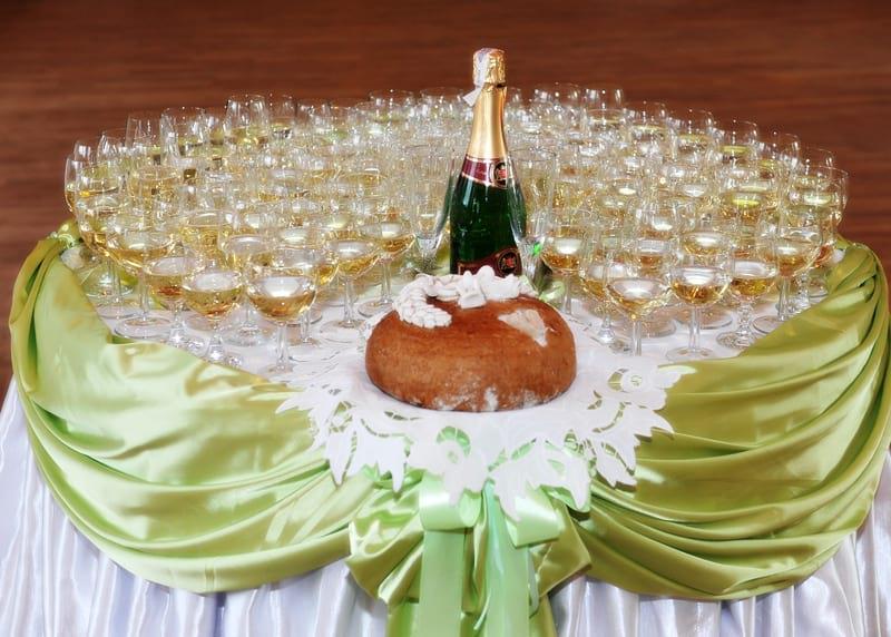 Stół z szampanem
