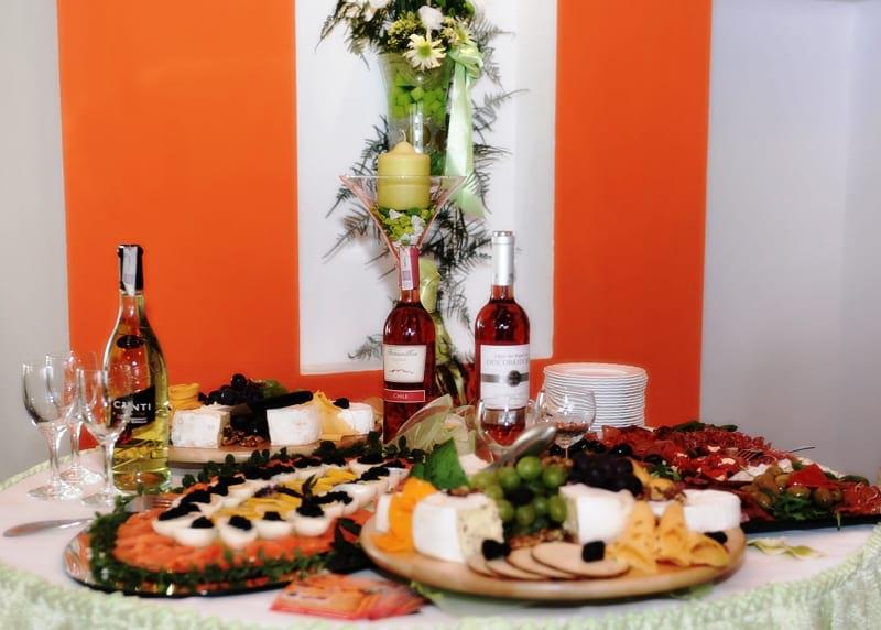 Stół z przystawkami i winem