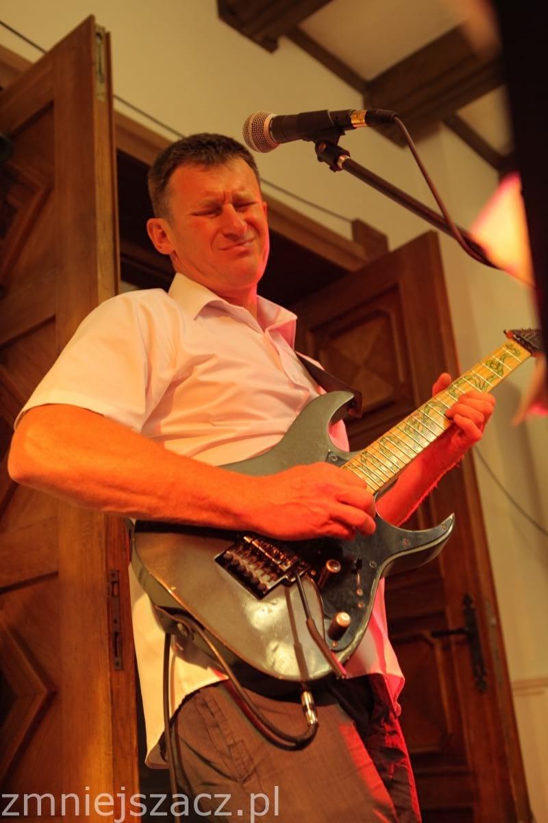 Waldek -Gitara solowa oraz wokal
