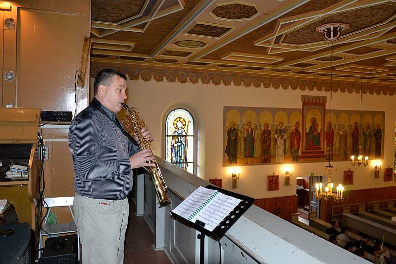 Piotr gra na ślubie.
