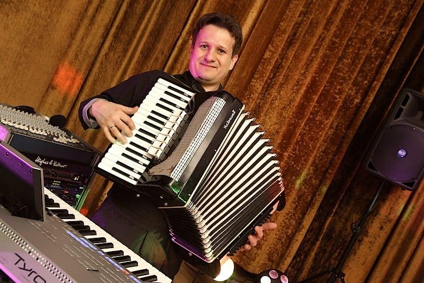 Marcin Szeląg -wokalista, klawiszowiec.