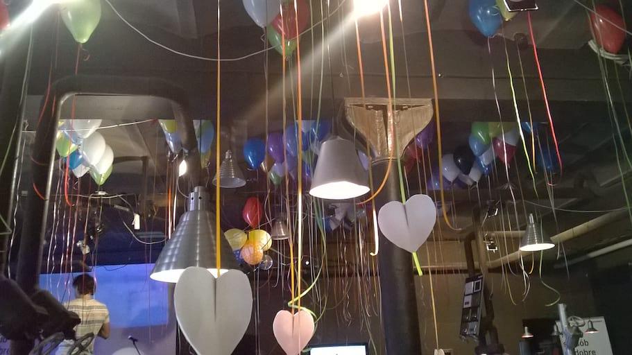 balony z karteczkami o kształcie serca