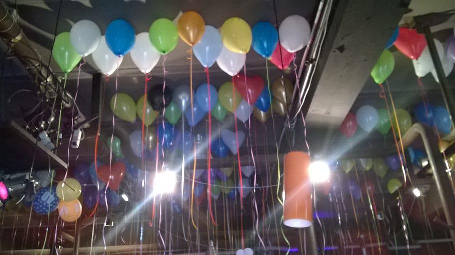 balony z helem w klubie