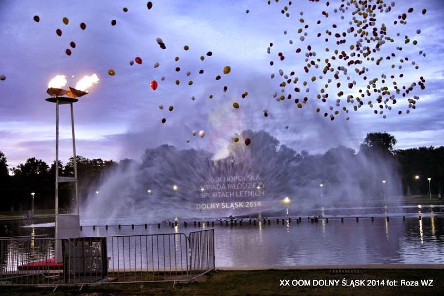 wypuszczanie 2 tysięcy balonów z siatki