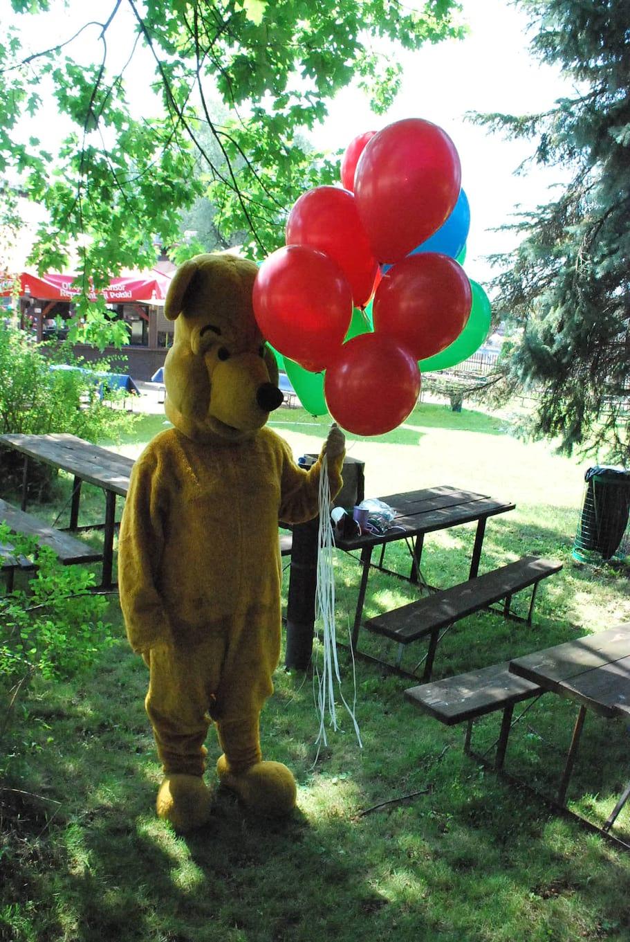 rozdawanie balonów w kostiumach