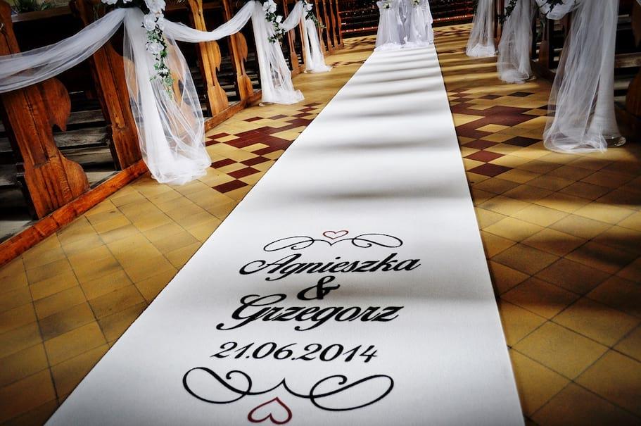 Biały dywan na ślub z inicjałami datą ślubu