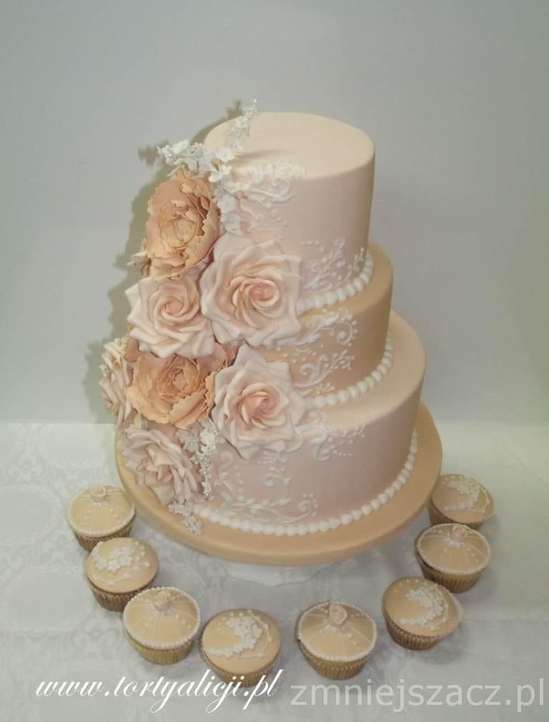 Delikatny tort z kwiatami