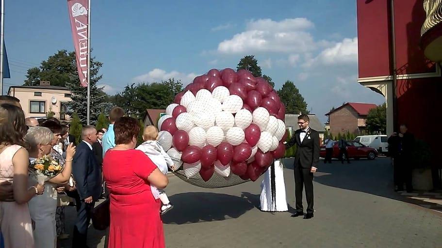 Wypuszczanie 300 Balonów z Siatki przez Parę Młodą