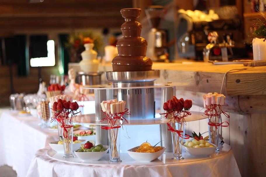 Duża fontanna czekoladowa