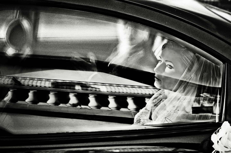 panna młoda w drodze do kościoła
