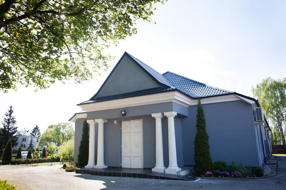 XIX-wieczny budynek pełnił funkcję kościoła protestanckiego, później znajdowała się tu m.in. dyskoteka. Dziś miejsce to przeżywa drugą młodość zapraszając w swoje progi nie tylko Nowożeńców i ich gości, ale będąc także gospodarzem przyjęć, biesiad i spotkań.