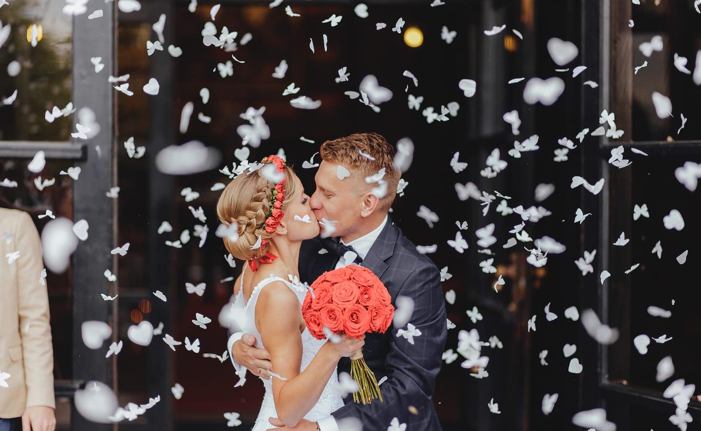 konfetti na ślubie, confetti na ślubie, całująca się Para Młoda