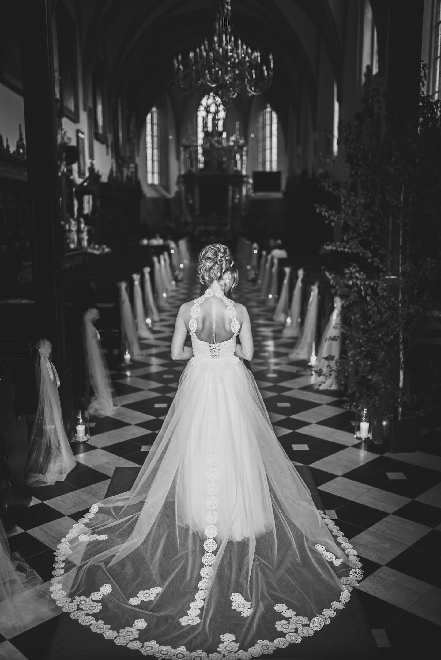 Panna Młoda w kościele, Panna Młoda przed ołtarzem