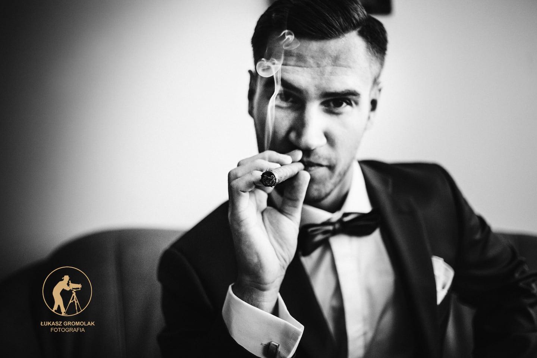 Pan Młody na weselu , Pan Młody z cygarem w ręku