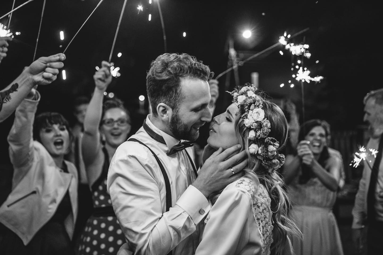 Para Młoda na weselu, całująca się Para Młoda, zimnie ognie na weselu