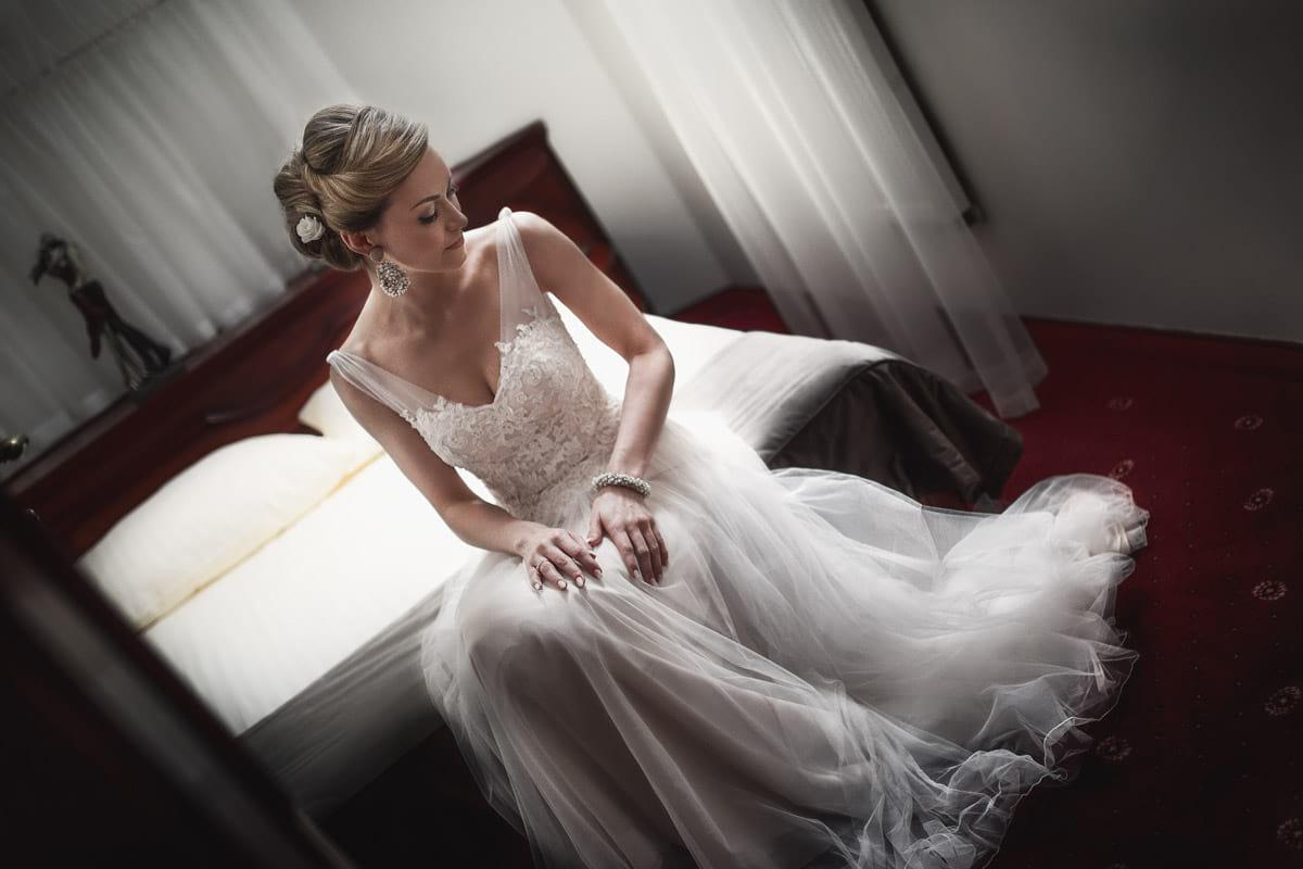 Panna Młoda w suknie ślubnej na łózku