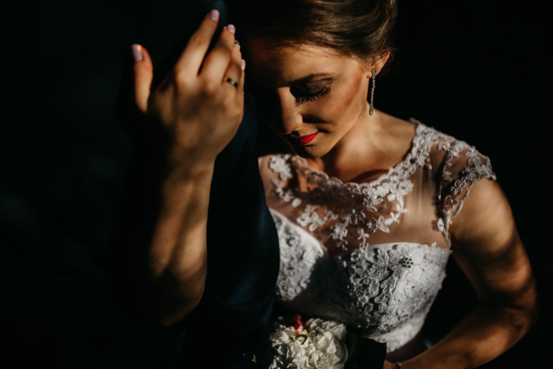 Panna Młoda z koronkowej sukience, zmysłowe zdjęcie Panny Młodej, Panna Młoda z czerwonymi ustami, Panna Młoda ze spiętymi włosami