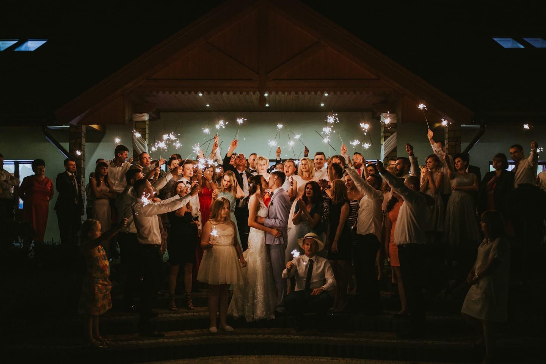 Para Młoda z gośćmi na weselu, zdjęcie końcowe na ślubie, zdjęcie grupowe na ślubie
