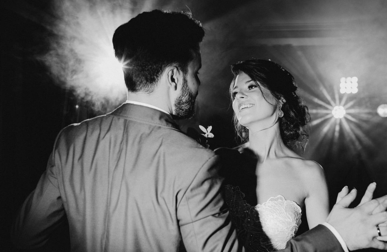 Para Młoda tańcząca na weselu, czarno-białe zdjęcie Młodej Pary